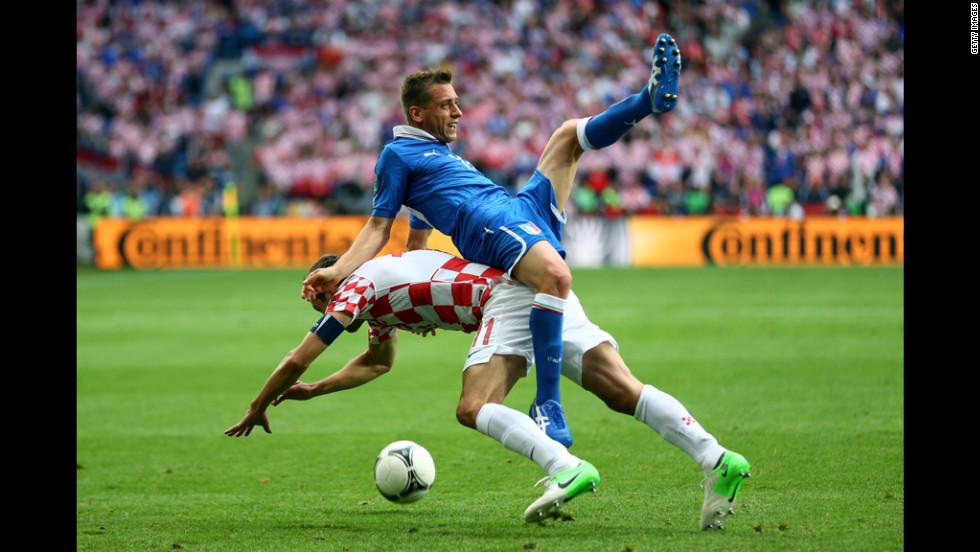 Emanuele Giaccherini of Italy clashes with Darijo Srna of Croatia.