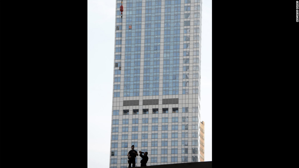 """Members of the <a href=""""http://cnnphotos.blogs.cnn.com/2012/04/30/composition-of-the-secret-service/"""" target=""""_blank"""">U.S. Secret Service</a> scan the area around the building."""