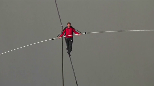 Man walks across Niagara Falls on rope