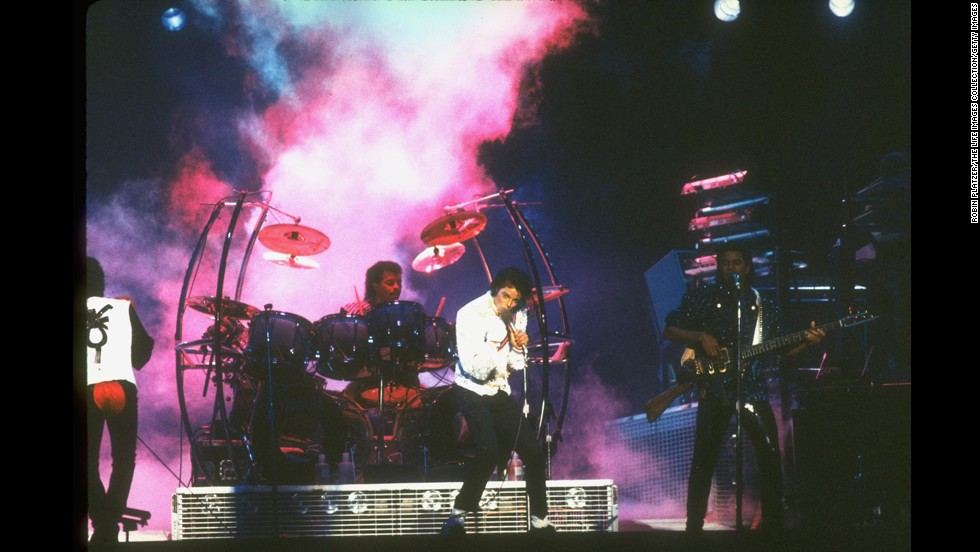 Jackson performs with his brothers.