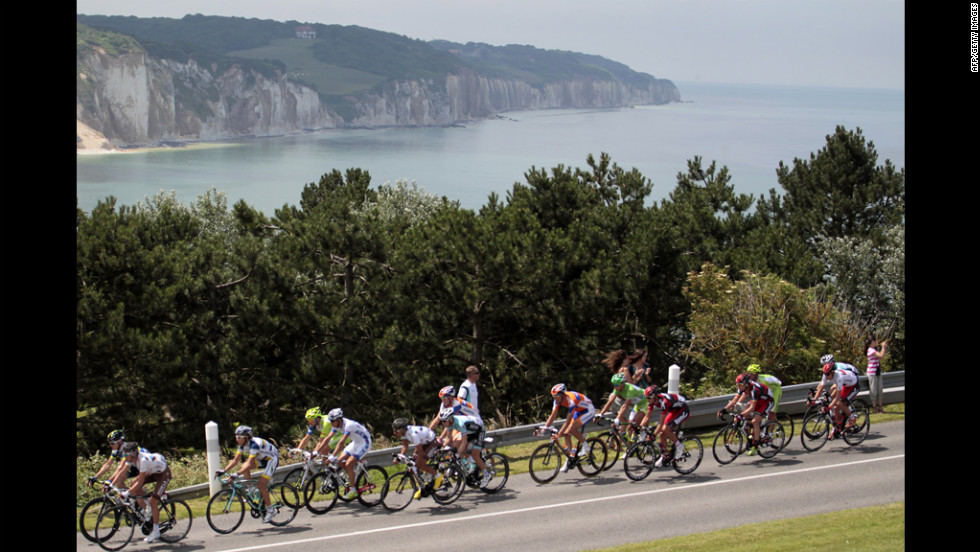 The pack rides by the cliffs of Dieppe.