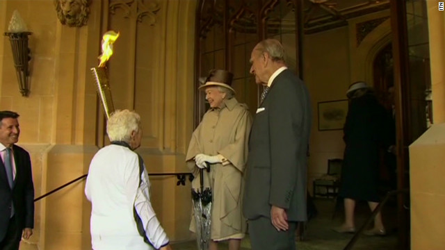 vo queen welcomes olympic torch_00002513