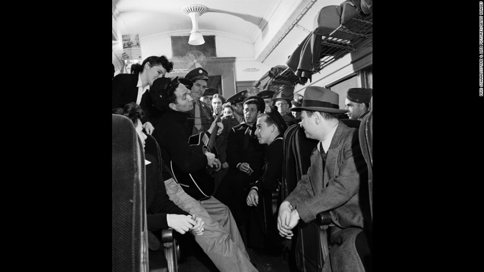 Woody Guthrie entertains commuters in New York, 1943.