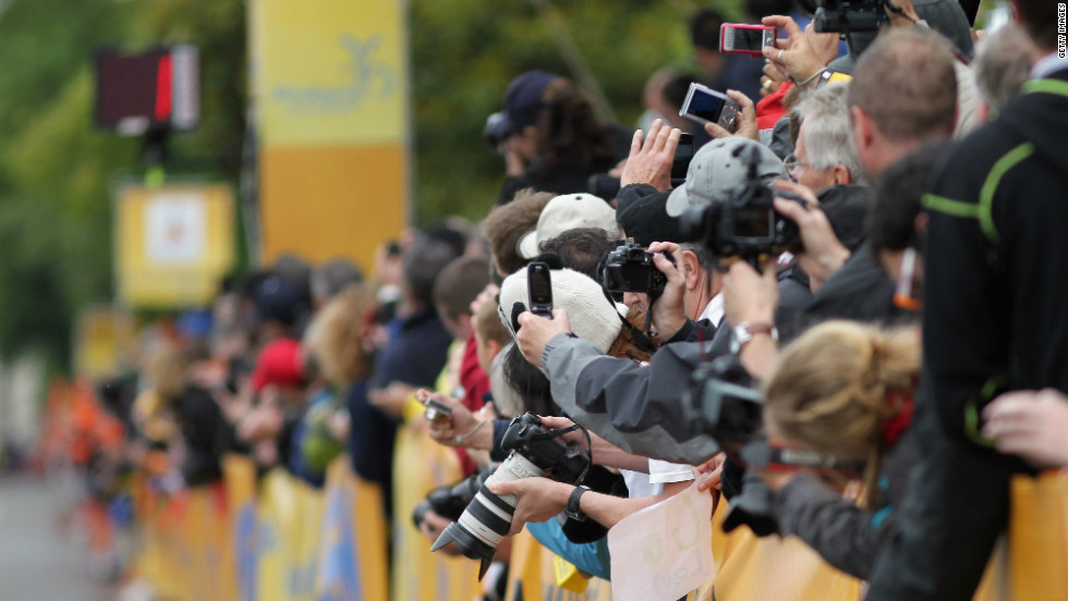 Fans clamoring for pictures of their favorite stars has long been a familiar site at sporting events all over the world.