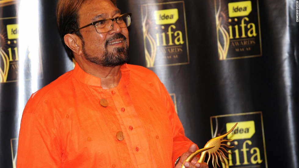 Khanna talks to the media at the Venetian Hotel in Macau after receiving his lifetime achievement award  at the 10th International Indian Film Academy in 2009.
