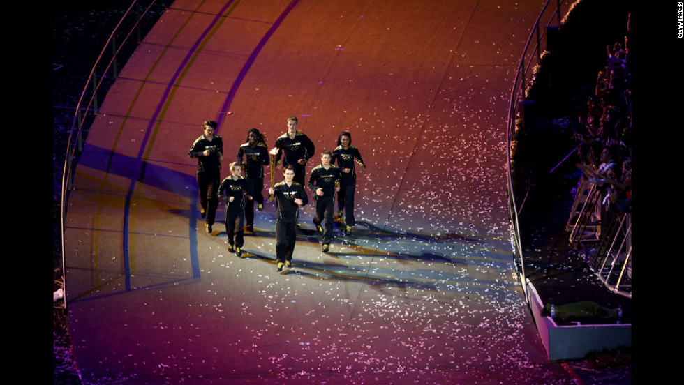 The young athletes carry the Olympic glame.