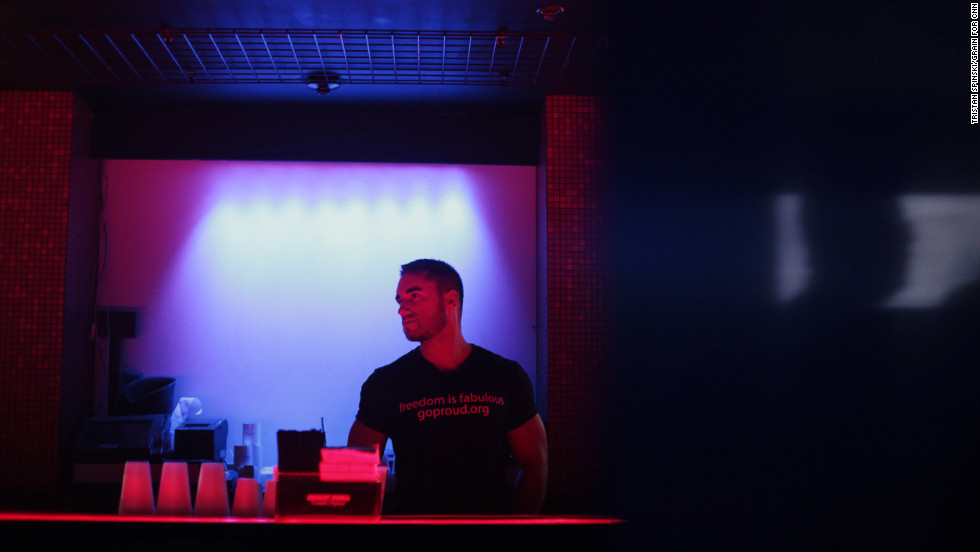 "A bartender wears a GOProud ""freedom is fabulous"" T-shirt."