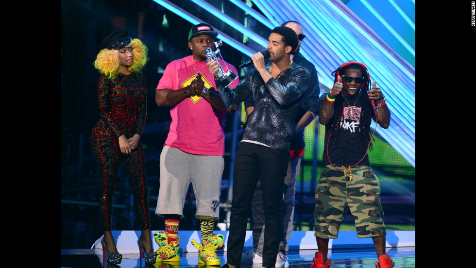 "Drake, center, accepts the award for best hip-hop video for ""HYFR"" with Nicki Minaj and Lil Wayne."