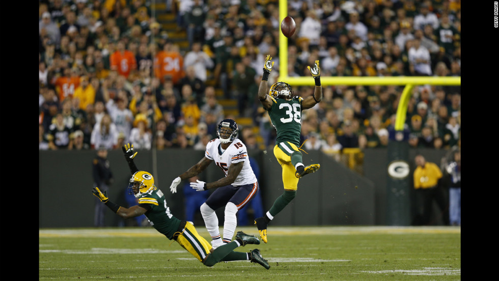 Tramon Williams, No. 38, of the Packers intercepts a pass intended for Brandon Marshall of the Chicago Bears on Thursday.