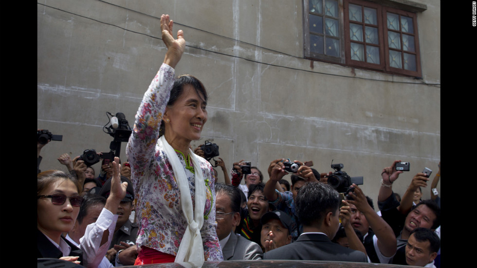 Suu Kyi waves to Burmese workers on a trip to a migrant community outside of Bangkok on May 30, 2015 in Samut Sakhon, Thailand. Suu Kyi pledged  to help improve the rights of Burmese nationals living in Thailand.