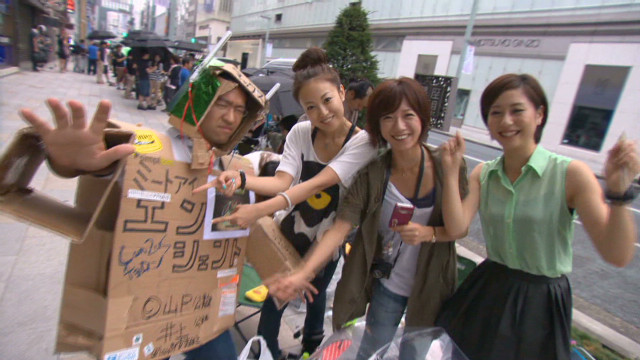 Tokyo fans line up for iPhone 5
