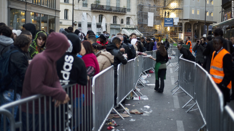 Customers queue up to purchase Apple's iPhone 5 in Paris.