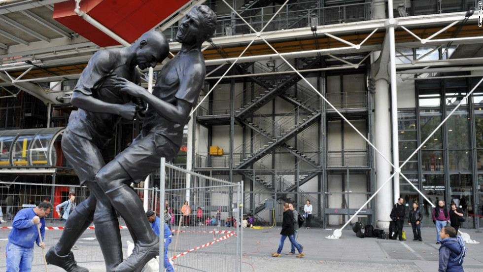 The moment French football superstar Zinedine Zidane headbutted Italy's Marco Materazzi in the 2006 World Cup final has been immortalized in a five meter bronze statue. The statue, positioned outside of Paris' Pompidou Museum, is the work of Algerian-born artist Adel Abdessemed.