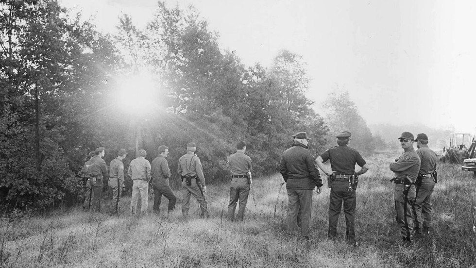 Police sweep a field in Waterford Township, Michigan, in search of Hoffa's body in July 1975.