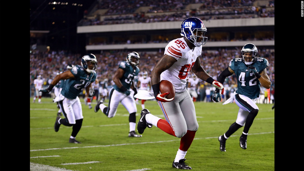 Martellus Bennett of the New York Giants runs after making a catch Sunday against the Philadelphia Eagles.