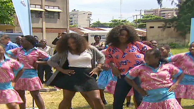 ws williams sisters show off skills in nigeria_00001430