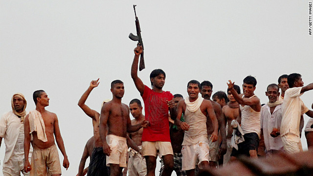 Sri Lankan prisoners try to get a view of rioting inmates at Welikada prison in Colombo on November 9, 2012.