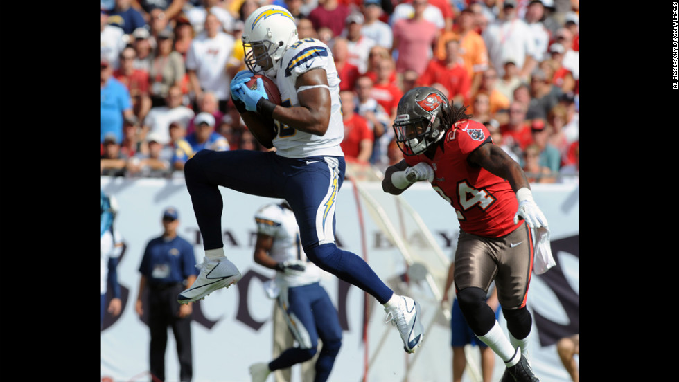 Tight end Antonio Gates of the Chargers grabs a midfield pass against the Buccaneers on Sunday.