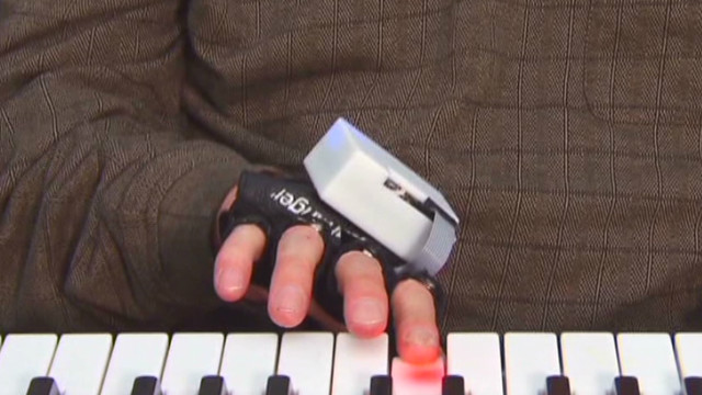 HLN pkg joe carter tech music glove_00013013