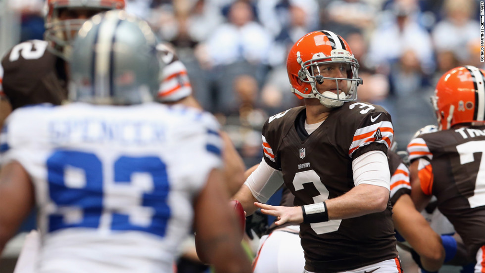Brandon Weeden of the Browns throws against the Cowboys on Sunday.
