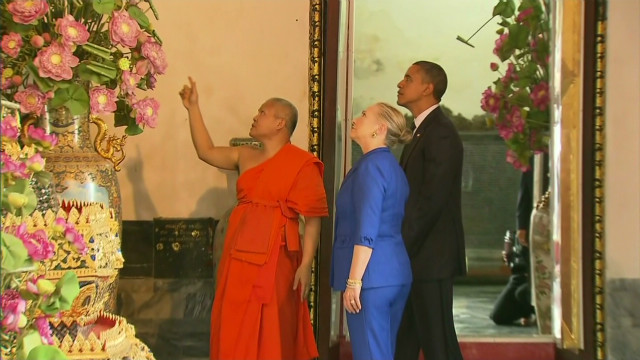 Obama visits temple In Thailand