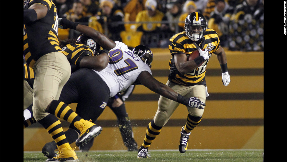 Jonathan Dwyer of the Pittsburgh Steelers rushes against the Baltimore Ravens on Sunday.