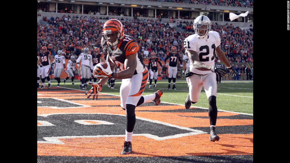 Mohamed Sanu of the Bengals catches a touchdown pass against the Raiders on Sunday.