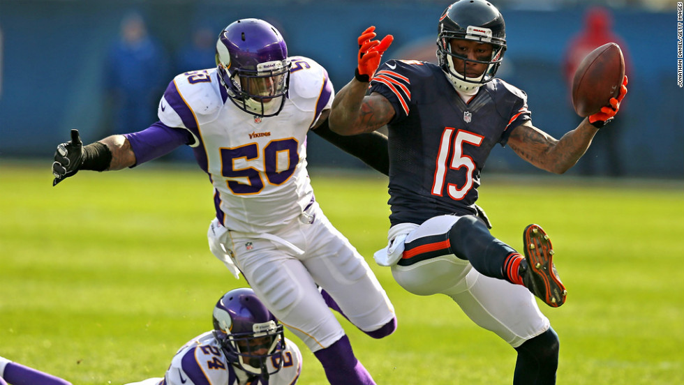 Brandon Marshall of the Bears runs after a catch as No. 50 Erin Henderson and No. 24 A.J. Jefferson of the Vikings pursue on Sunday.