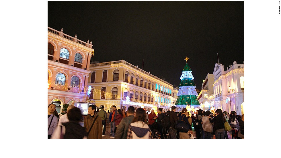 The popular Senado Square in Macau where many tourists and locals gather to enjoy a beautiful evening.