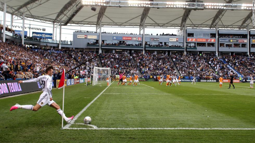 Beckham kicks a corner kick.