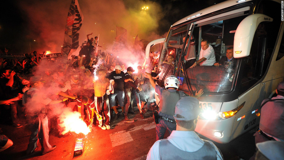 Hundred of fans followed the team bus from the Corinthians training camp to the airport.