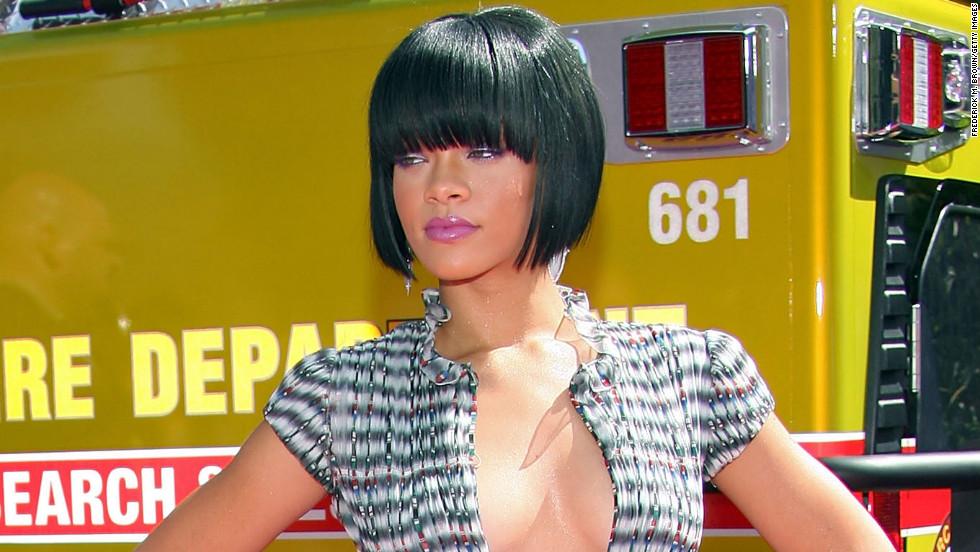 Sporting a shorter 'do, Rihanna attends the 2007 MTV Movie Awards.
