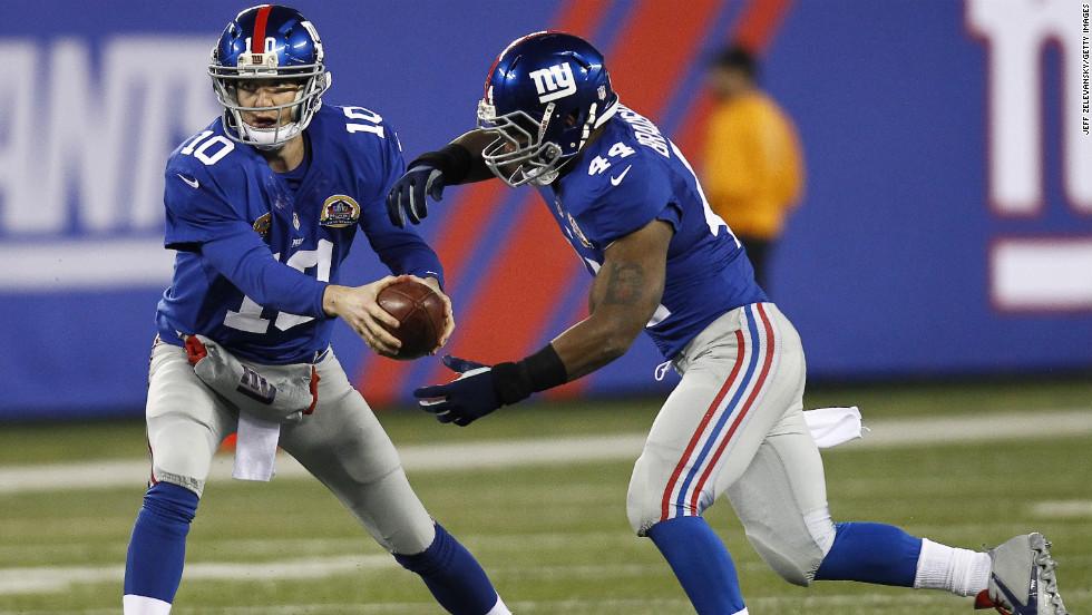 Giants quarterback Eli Manning fakes a handoff to running back Ahmad Bradshaw on Sunday.