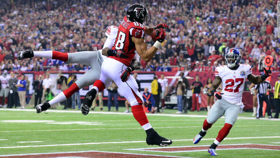 Tony Gonzalez of the Falcons makes a catch for a first quarter touchdown against the Giants on Sunday.