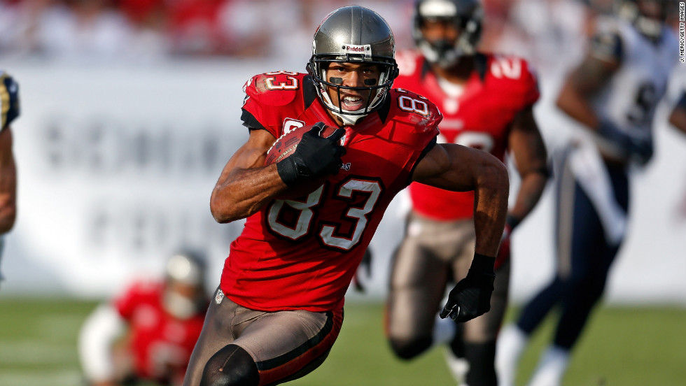 Receiver Vincent Jackson of the Buccaneers runs after a catch against the Rams on Sunday.