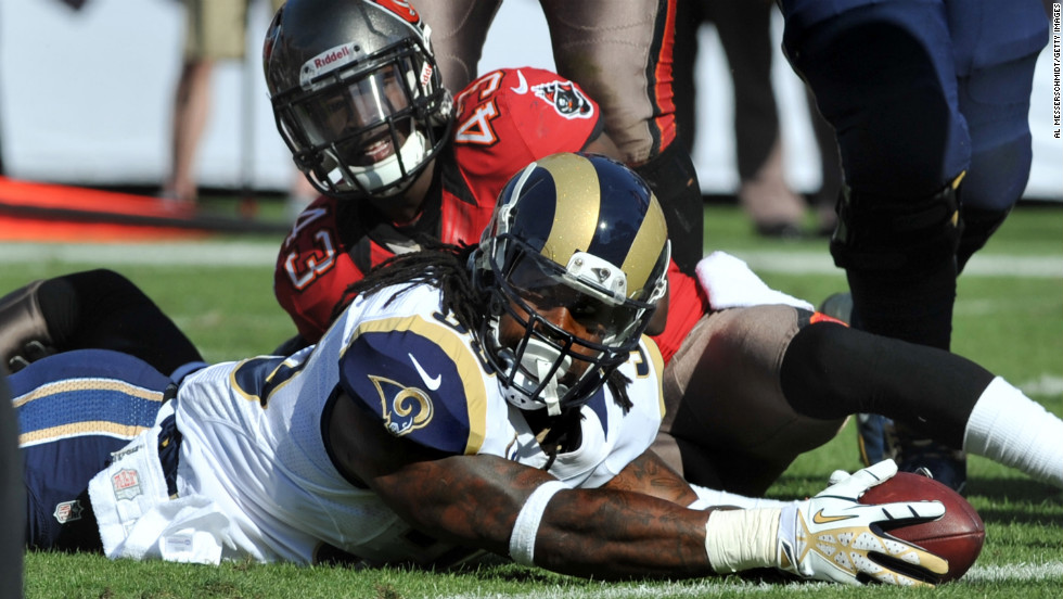 Running back Steven Jackson of the Rams stretches for a second-quarter touchdown against the Buccaneers on Sunday.