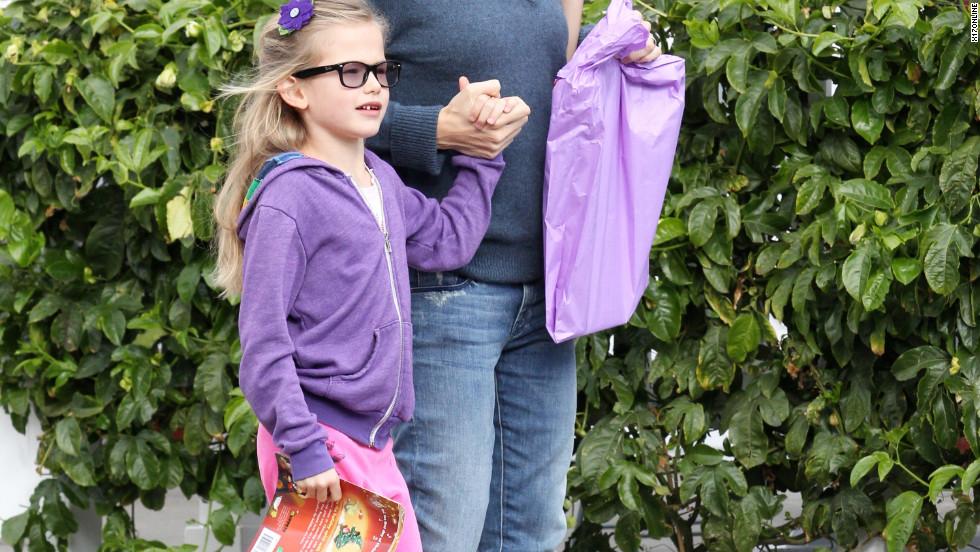 Jennifer Garner goes shopping with her daughter.