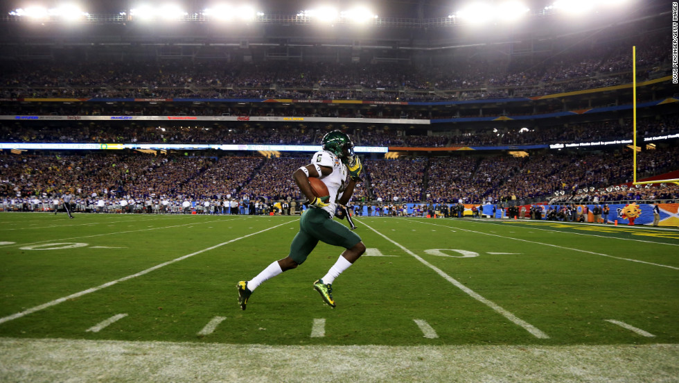 De'Anthony Thomas of the Oregon Ducks returns the opening kickoff for a touchdown against the Kansas State Wildcats in the Fiesta Bowl on January 3.