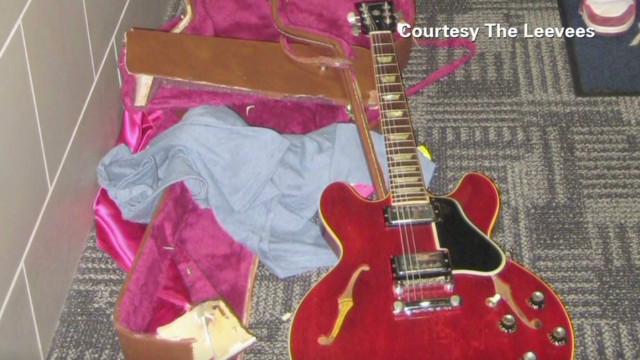 tsr pkg moos airline smashes guitar_00011324