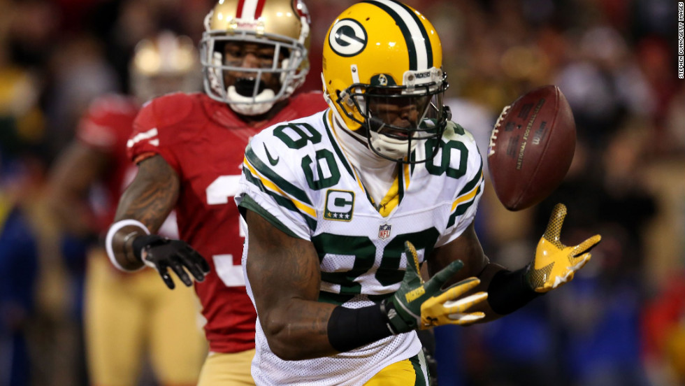 Wide receiver James Jones of the Packers catches a touchdown pass thrown by Rodgers in the second quarter against the 49ers on Saturday.