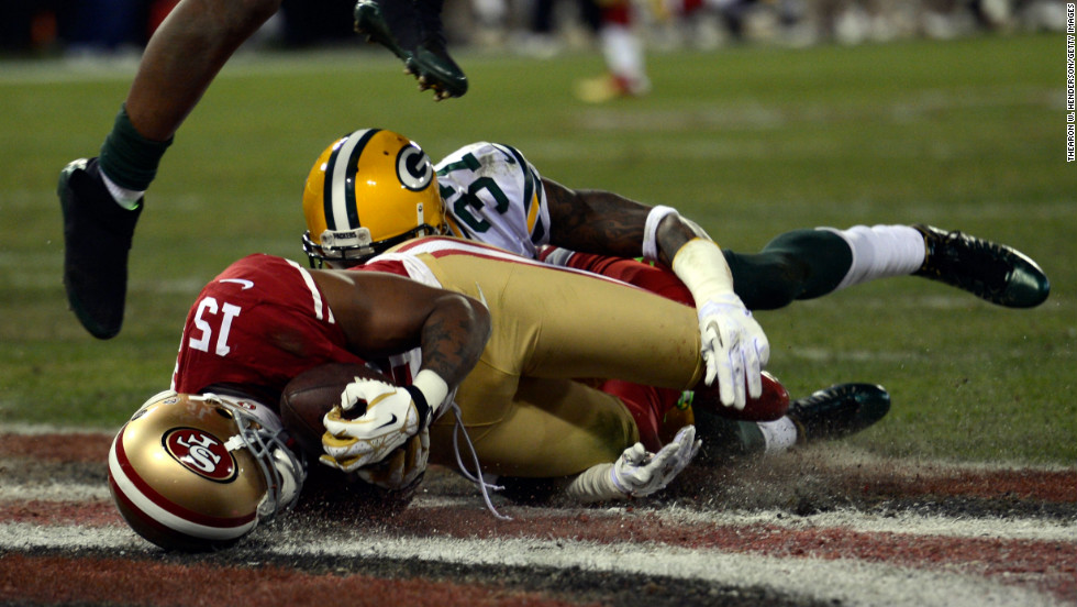 Wide receiver Michael Crabtree of the 49ers catches a touchdown pass thrown by quarterback Colin Kaepernick against cornerback Sam Shields of the Packers in the second quarter on Saturday.