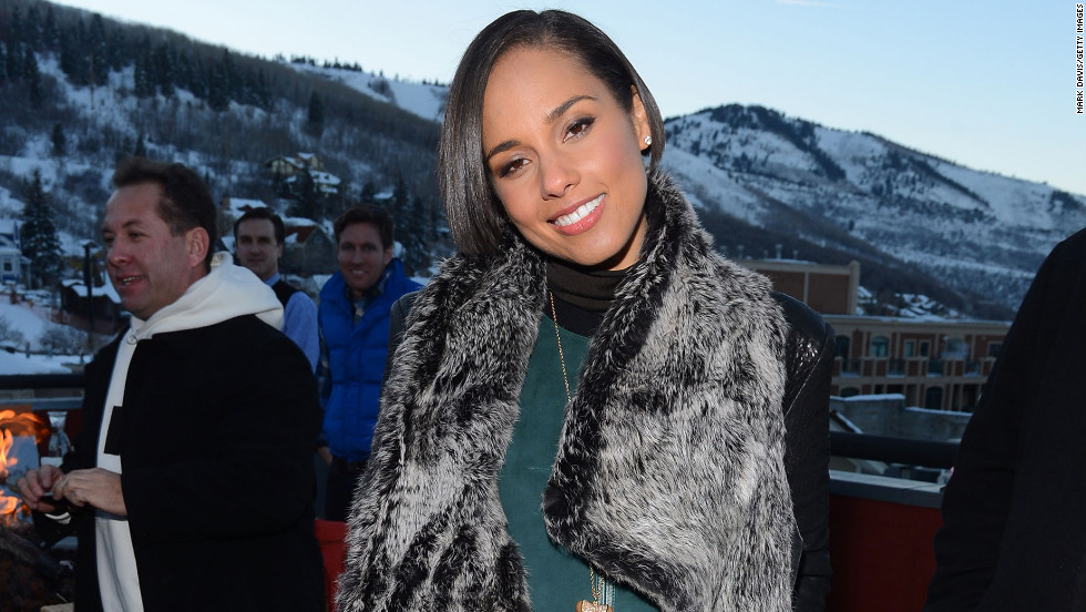 Alicia Keys heads to the Nikki Beach pop-up restaurant and lounge.