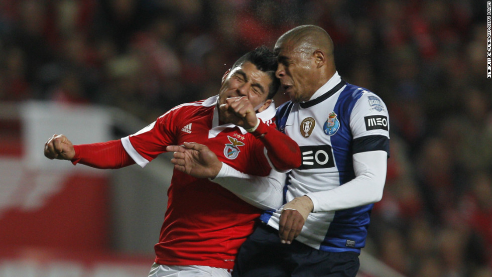 "The Portuguese ""Classico"" between Sport Lisboa e Benfica and Futebol Clube do Porto ended in a 2-2 draw. After four goals in the first 20 minutes, both teams played defensively for the rest of the match.Porto coach Vitor Pereira was furious with the referee, saying he influenced the final result.What's your take on the referee's performance? Was a draw a fair result?"