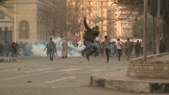 Police, protesters clash in Cairo