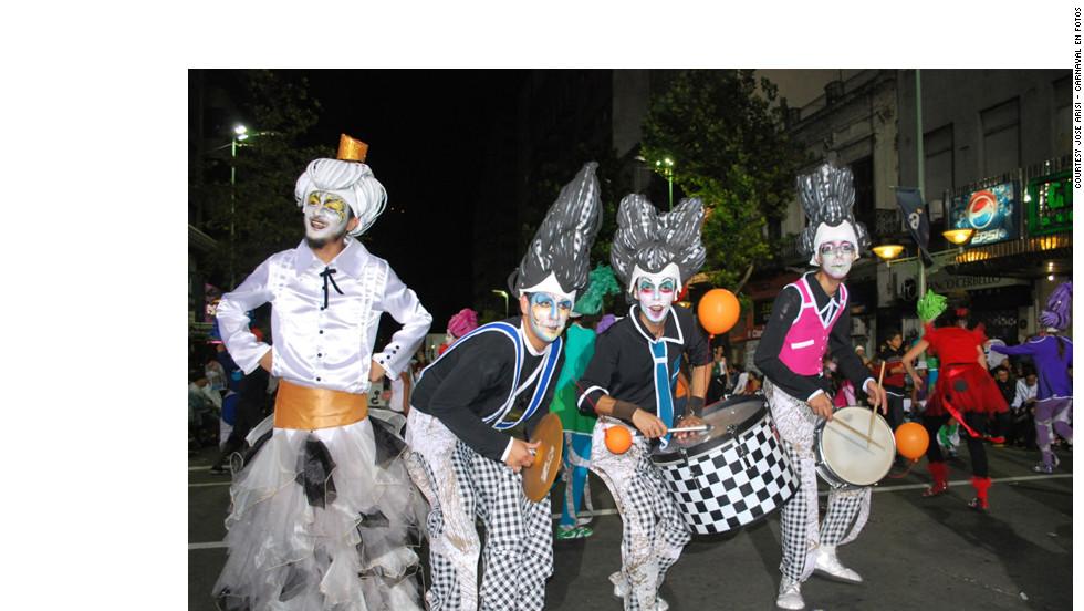"""Murga Cayo la Cabra performs in Montevideo.<em><br />Uruguay photos courtesy of José AriSi - <a href=""""http://www.carnavalenfotos.com"""" target=""""_blank""""><em></em>Carnaval en Fotos<em></a></em> </em>"""