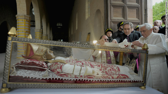 Pope Benedict XVI covers the relic of Pope Celestine V with a stole during his 2009 visit to L'Aquila.