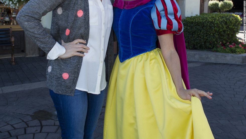 Tina Fey poses with Snow White at the Walt Disney World Resort.