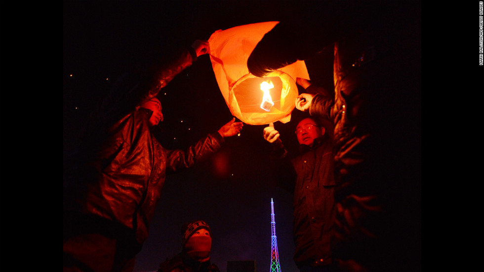 A Chinese family releases a paper lantern into the sky in Yu Xian on February 23.