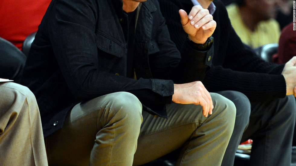 Will Arnett sits courtside at the Staples Center.
