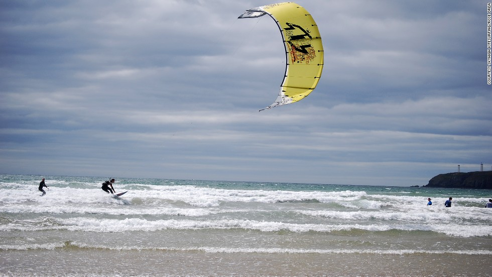 Skyhigh Kitesurfing offers one-, two- and three-day kitesurfing courses.